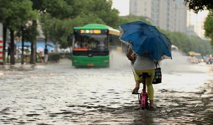 """暴雨过后""""涛声依旧"""" 城市病如何治?"""